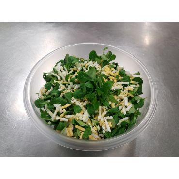Nüsslisalat mit Ei in Schüssel